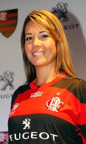 21.jan.2013 - Modelo apresenta nova camisa do Flamengo com novo patrocínio na sede do clube