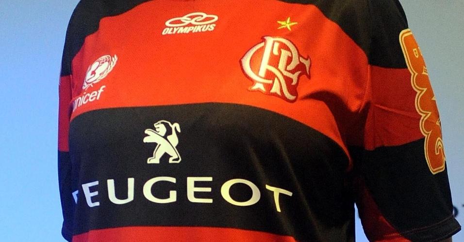 21.jan.2013 - Modelo apresenta uniforme principal do Flamengo com novo patrocinador na Gávea