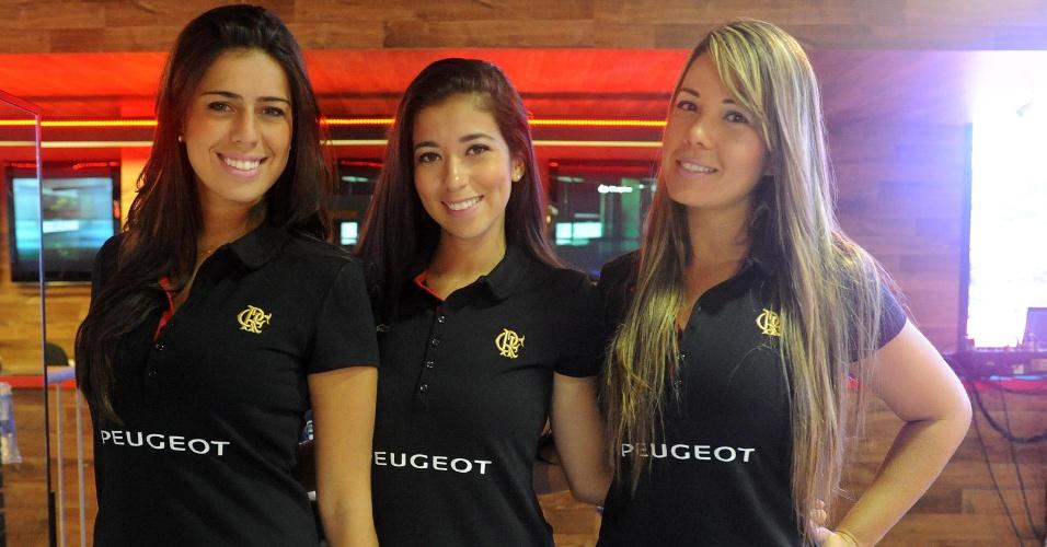 21.jan.2013 - Modelos recepcionam convidados no lançamento do novo uniforme do Flamengo