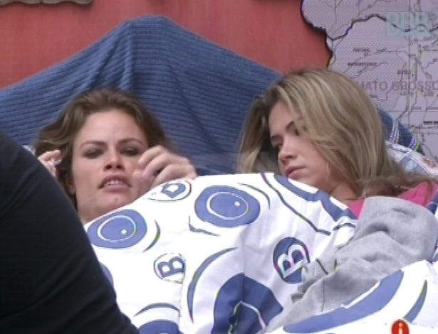 21.jan.2013 - Natália e Fani conversam sobre os homens do