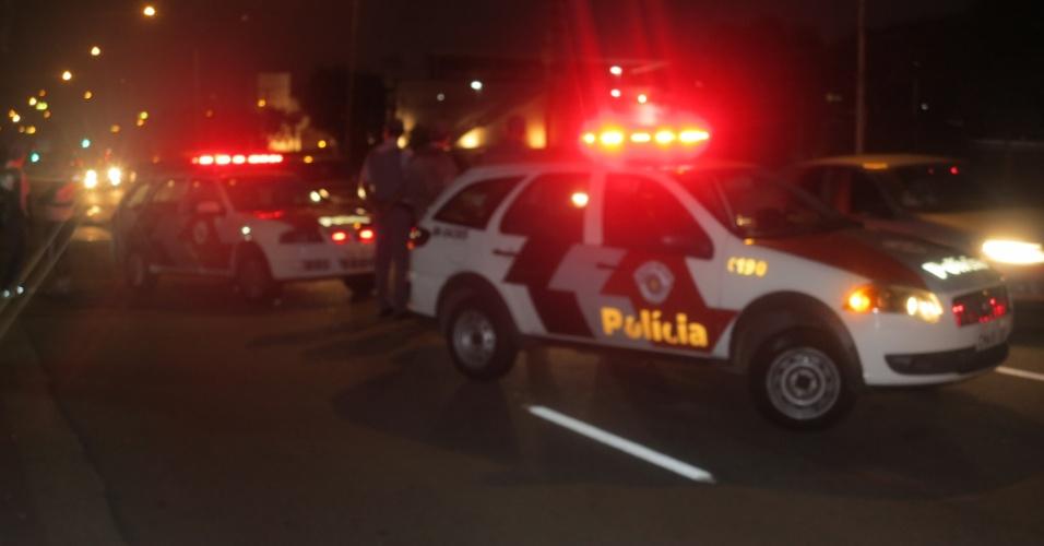 21.jan.2013 - Polícia Militar acompanha de longe protesto da torcida antes da eleição no Palmeiras