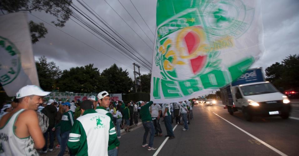 21.jan.2013 - Protesto da torcida do Palmeiras invadiu a avenida Marquês de São Vicente, onde fica o CT do clube