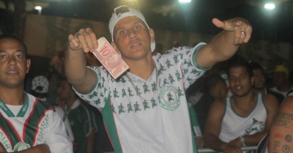 21.jan.2013 - Torcedor usa nota de R$ 10 para protestar na eleição do Palmeiras
