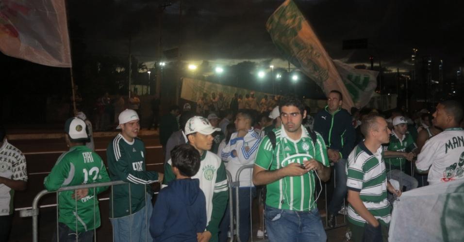 21.jan.2013 - Torcedores acompanham do lado de fora da Academia de Futebol a eleição no Palmeiras