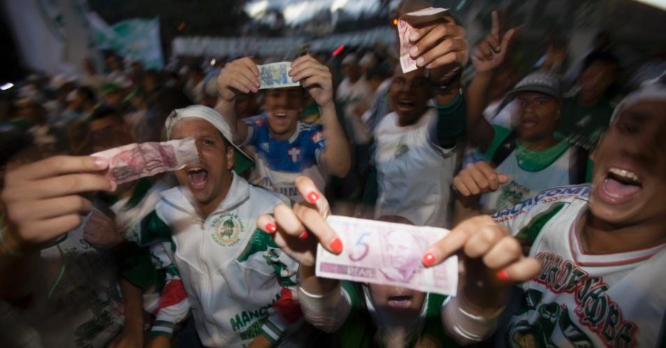 21.jan.2013 - Torcedores do Palmeiras mostraram diferentes notas para protestar contra os dirigentes do clube