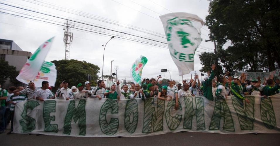 21.jan.2013 - Torcedores pedem fim do conchavo entre os dirigentes antes da eleição do Palmeiras