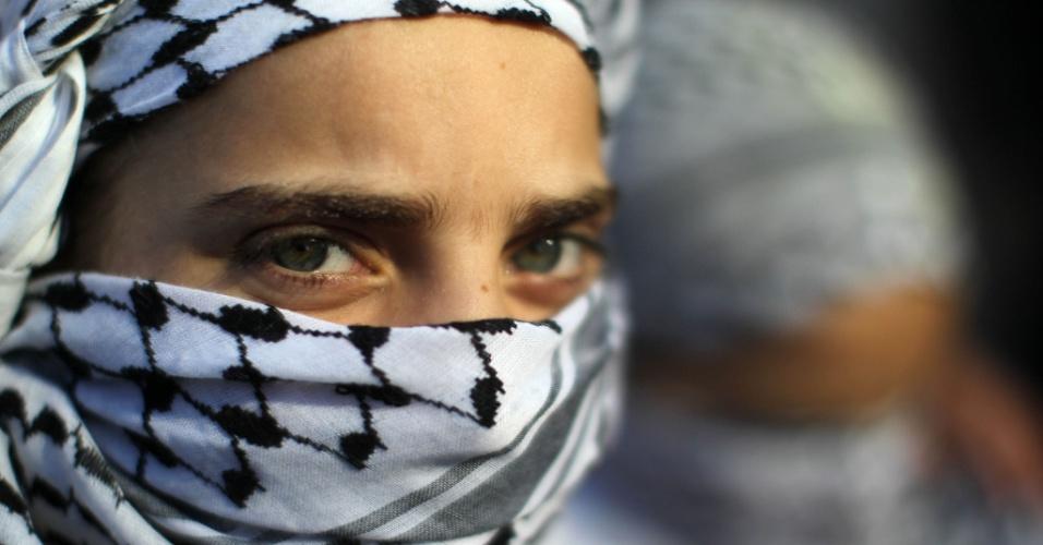 21.jan.2013 - Uma menina com lenço cobrindo o rosto participa de um protesto pedindo a libertação de prisioneiros palestinos de prisões israelenses em frente aos escritórios da Cruz Vermelha Internacional, em Gaza