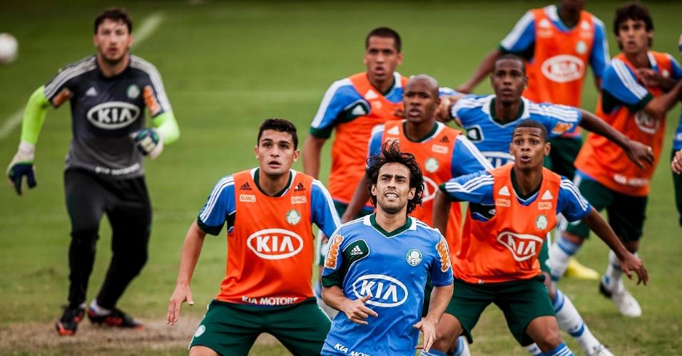 21.jan.2013- Jogadores do Palmeiras realizam atividade com bola na Academia de Futebol