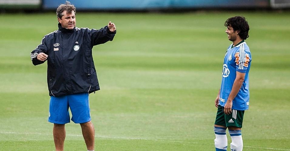 21.jan.2013- Técnico Gilson Kleina passa orientações para Valdivia durante treino na Academia de Futebol