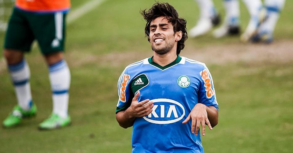 21.jan.2013- Valdivia participa de atividade no gramado com jogadores do Palmeiras