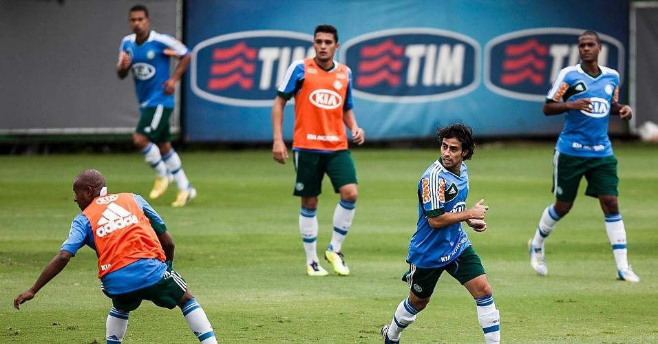 21.jan.2013-Jogadores do Palmeiras realizam atividade com bola na Academia de Futebol