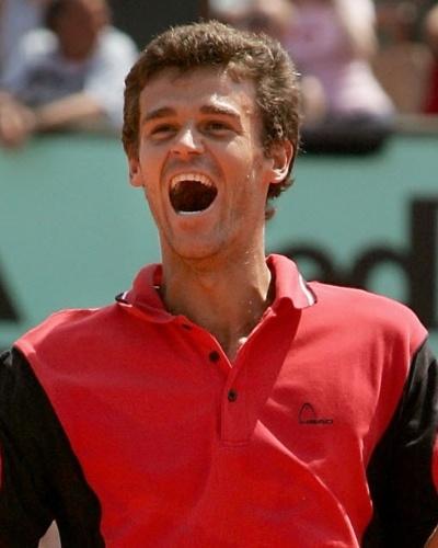 Guga comemora vitória sobre Roger Federer no torneio de Roland Garros, em 2004