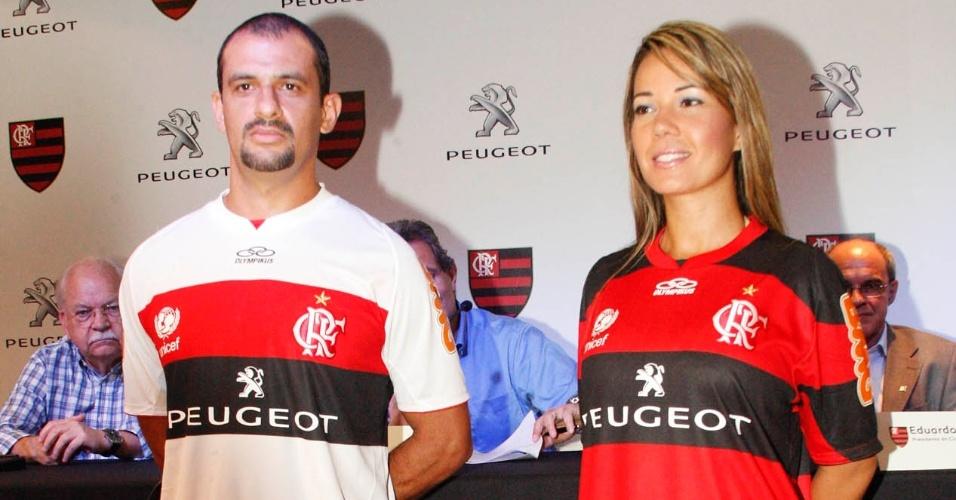 Modelos apresentam nova camisa do Flamengo, com patrocínio da Peugeot