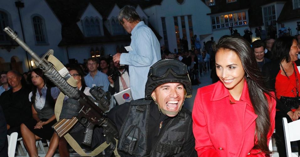 Mona Dotcom (direita), mulher de Kim Dotcom, participou do lançamento do serviço de armazenamento Mega. À esquerda, um ator vestido de policial