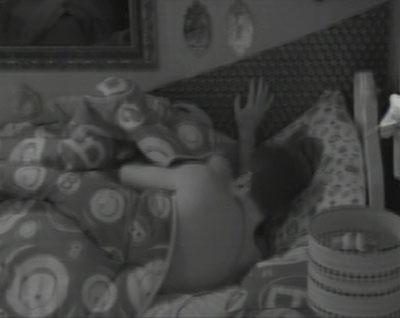 Nasser e Andressa trocam carinhos debaixo do edredom
