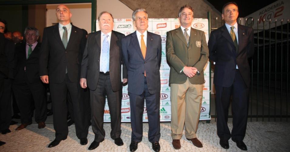 21.jan.2013 - Paulo Nobre posa para fotos com os quatro vice-presidentes eleitos da sua chapa