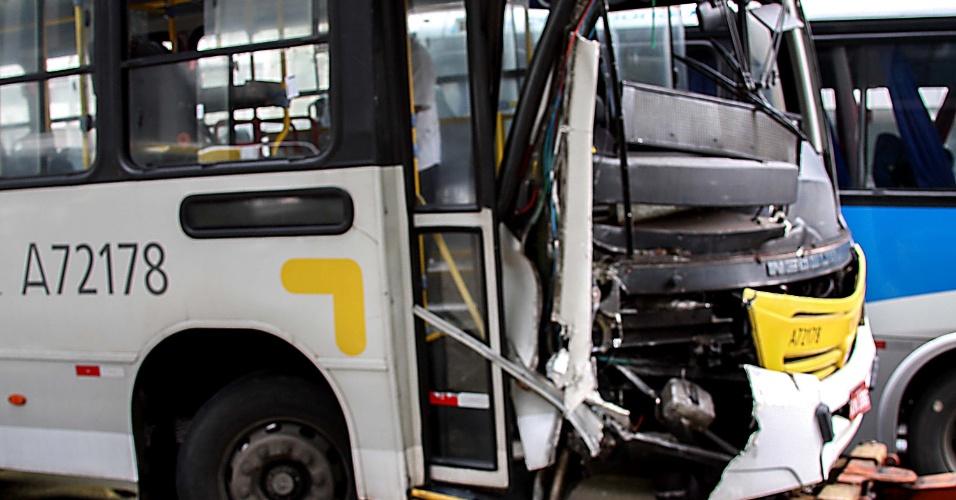 22.jan.2013 - Acidente envolve dois ônibus na manhã desta terça-feira (22), na avenida Presidente Vargas no Rio de Janeiro (RJ). Ninguém ficou ferido