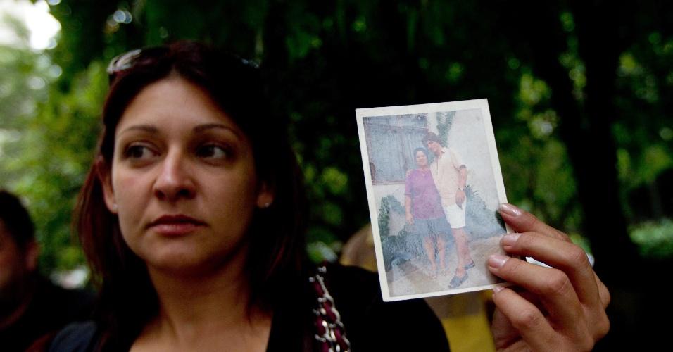 22.jan.2013 - Ana Paula Mira, filha de um dos dependentes internados no Centro de Referência de Álcool Tabaco e outras drogas, em São Paulo, mostra foto do pai, nesta terça-feira (22)
