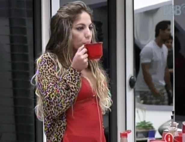 22.jan.2013 - Anamara acorda e toma um café na cozinha. Ela enfrenta o paredão esta noite contra Dhomini