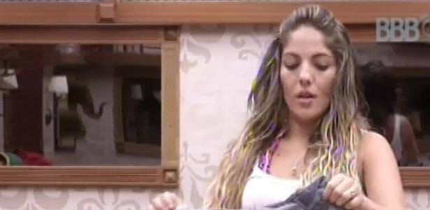 22.jan.2013 - Anamara arruma a mala para o caso de ser eliminada à noite no segundo paredão do programa