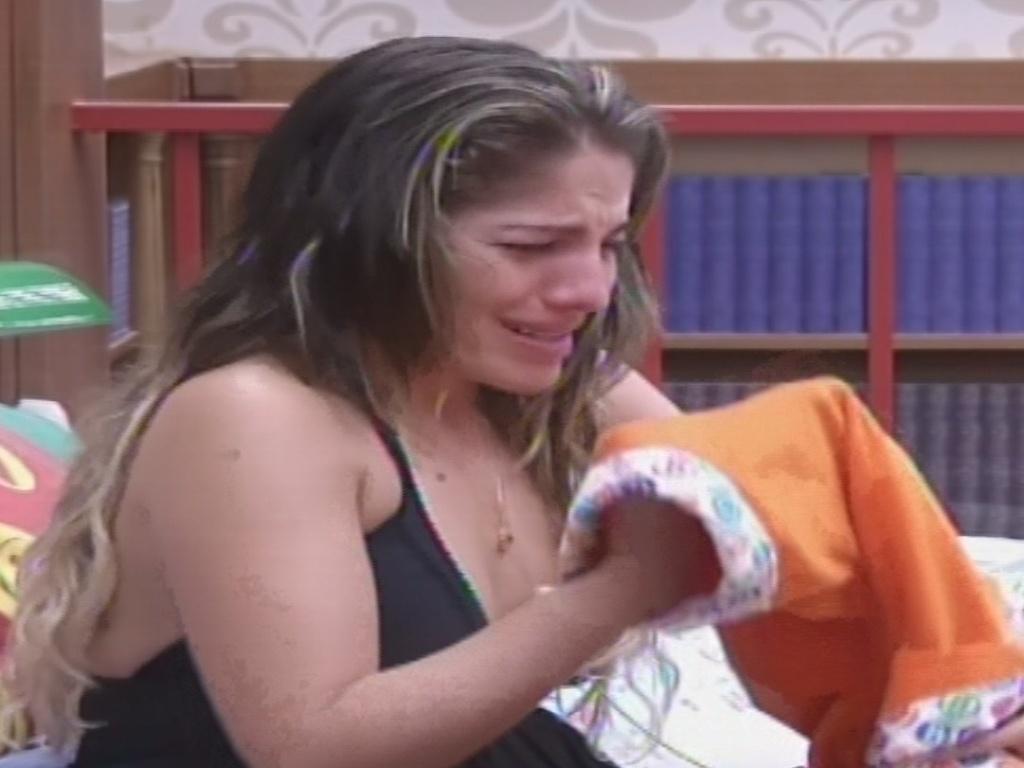 22.jan.2013 - Anamara chora no quarto Biblioteca com medo da eliminação desta terça. A baiana disputa o paredão com Dhomini