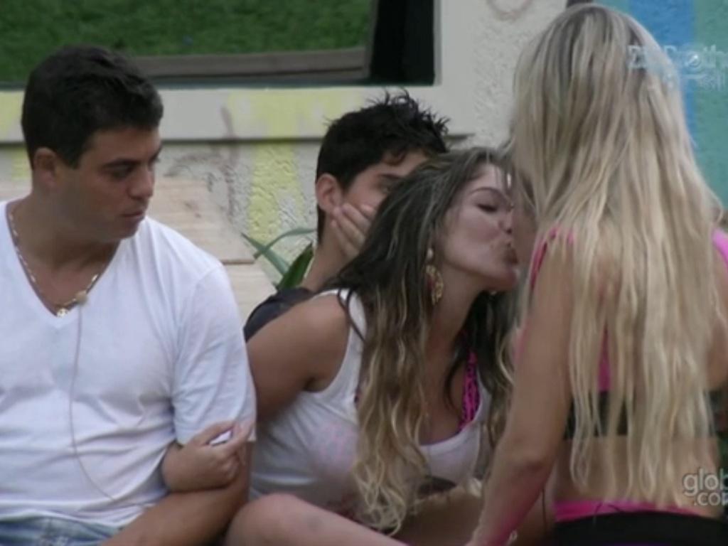 22.jan.2013 - Anamara dá um selinho em Natália ao lado de Dhomini e Fernanda