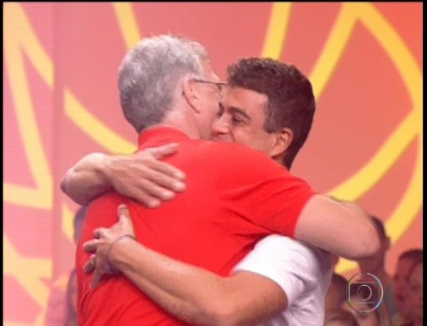 22.jan.2013 - Dhomini abraça o apresentador Pedro Bial em sua eliminação do