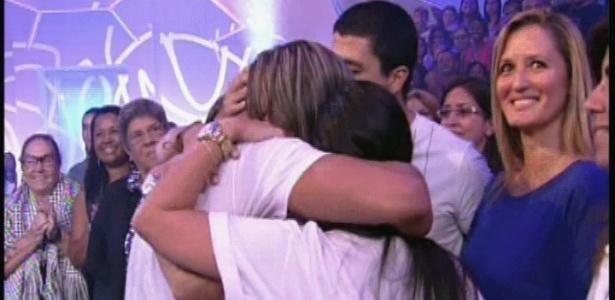 22.jan.2013 - Dhomini abraça a mulher grávida de uma menina e os filhos.