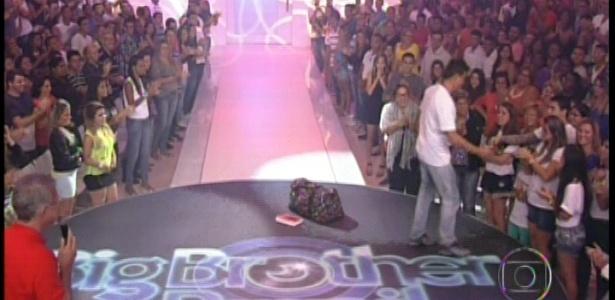 22.jan.2013 - Dhomini encontra sua mulher e os filhos na plateia do programa.