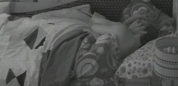 22.jan.2013 - Fani e Eliéser dormem de conchinha no quarto Brechó