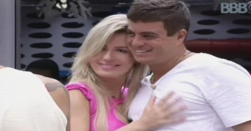 22.jan.2013 - Fernanda abraça Dhomini na cozinha. O goiano disputa o paredão com Anamara e um deles será eliminado nesta terça