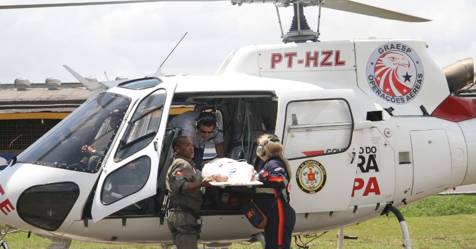 22.jan.2013 - Garoto de 4 anos de idade tem 60% do corpo queimado e é levado do município de Breves, na Ilha do Marajó, para Belém (PA) no helicóptero dos bombeiros, nesta terça-feira (22)