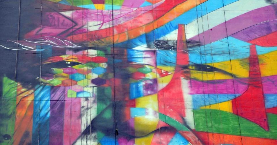 22.jan.2013 - Grupo de designers associados a Eduardo Kobra trabalham na pintura lateral do edifício Ragi, em frente à praça Oswaldo Cruz, no bairro Paraíso, em São Paulo (SP), uma homenagem ao arquiteto Oscar Niemeyer. Paulistanos que passaram pelo local na manhã desta terça-feira (22) conseguiram ver a obra quase completa. Ela será concluída até o aniversário de 459 anos de São Paulo
