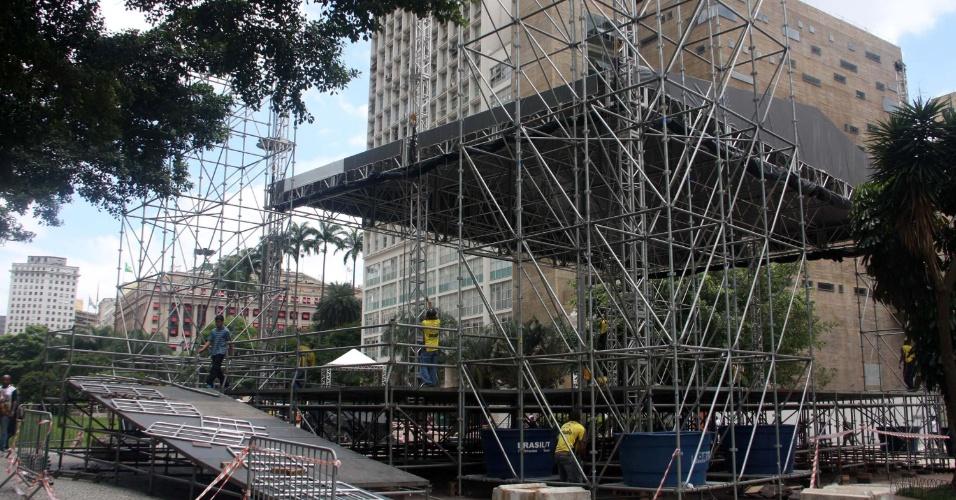 22.jan.2013 - Homens trabalham na montagem do palco do show de aniversário dos 459 anos de São Paulo, no Vale do Anhangabaú, em São Paulo (SP), na tarde desta terça-feira (22)