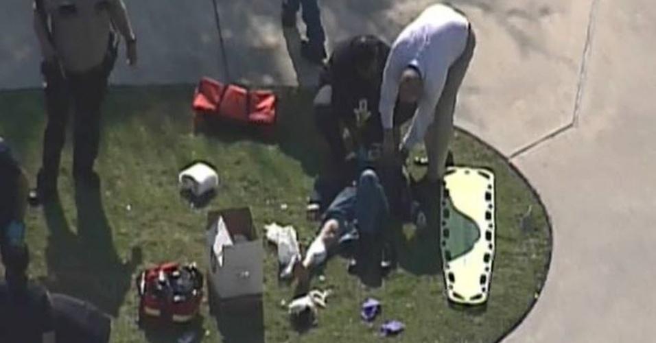 22.jan.2013 - Imagem fornecida por rede de TV americana mostra equipes policiais e de emergência atendendo feridos na faculdade Campus Lone Star College, perto de Houston, no Texas, nesta terça-feira (22). Várias pessoas foram baleadas na faculdade, segundo informações da imprensa local