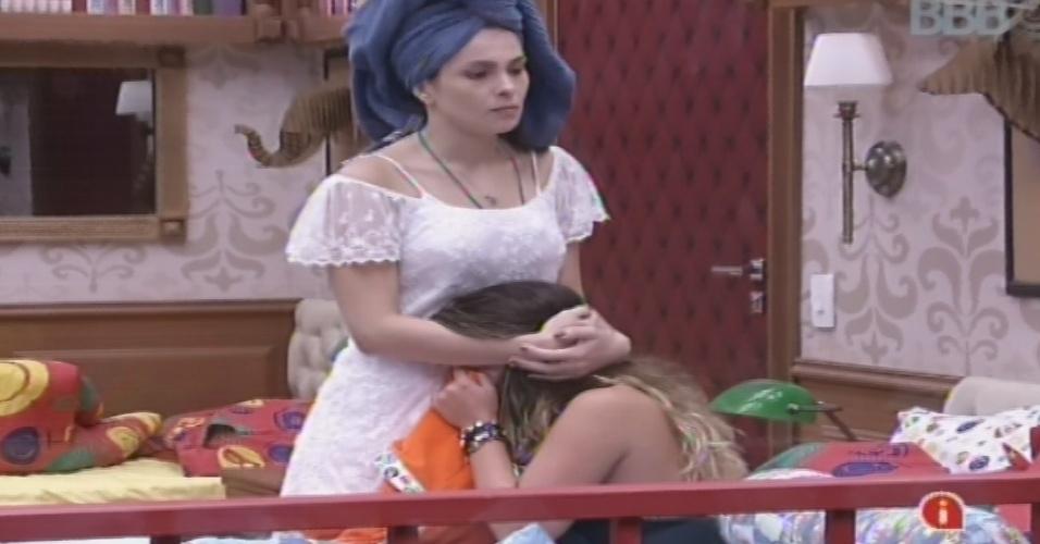 22.jan.2013 - Kamilla consola Anamara, que chora no quarto Biblioteca com medo da eliminação desta terça. A baiana disputa o paredão com Dhomini