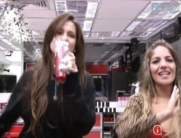 22.jan.2013 - Kamilla e Anamara cantam Ivete Sangalo e se divertem na cozinha