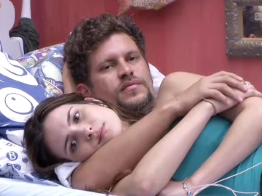 22.jan.2013 - Kamilla e Aslan deitam abraçados no quarto Brechó