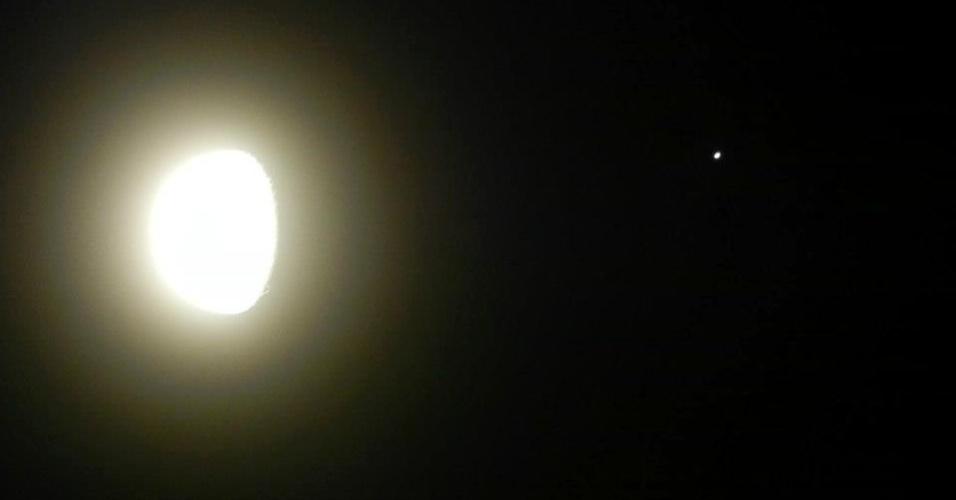 22.jan.2013 - Lua e Júpiter se aproximam na noite do dia 21 de janeiro em Barra Bonita, São Paulo. O planeta foi ocultado pelo satélite da Terra na noite desta segunda-feira