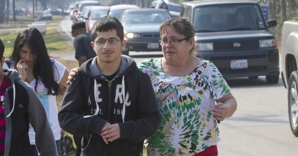 22.jan.2013 - Mãe acompanha o filho após evacuação na  Universidade Lone Star, em Houston, Texas (EUA), depois de tiroteio que deixou feridos