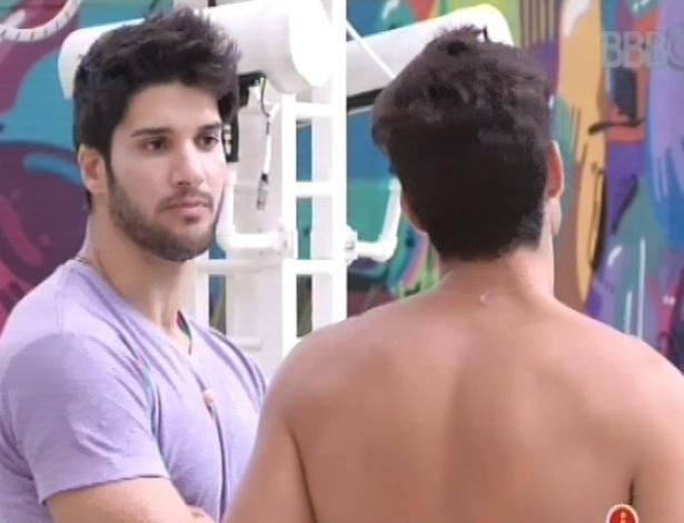 22.jan.2013 - Marcello e André conversam sobre o jogo