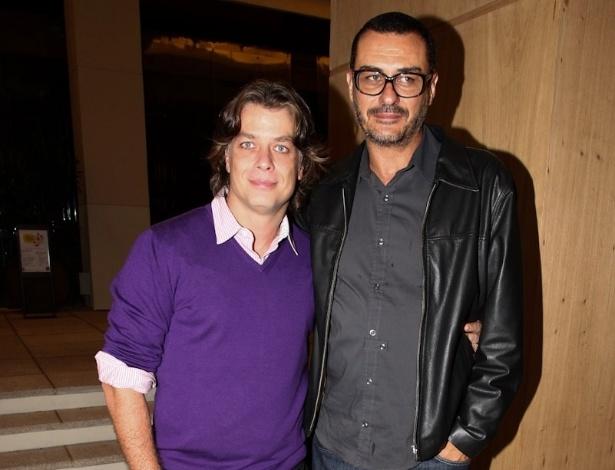 22.jan.2013 - O ator Fabio Assunção ao lado de sua mulher durante a pré-estreia do filme