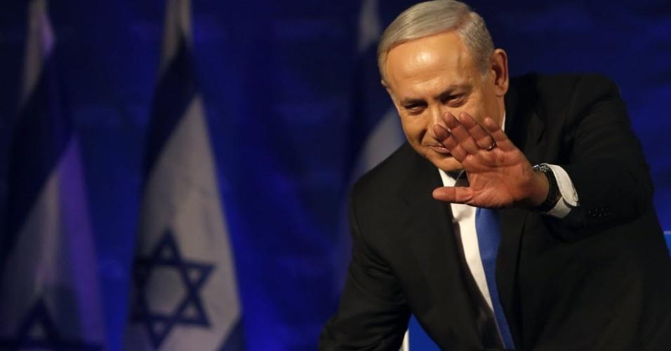 22.jan.2013 - O premiê de Israel, Benjamin Netanyahu, cumprimenta apoidadores em Tel Aviv (Israel). Netanyahu saiu vitorioso nas eleições, mas coligação do premiê sofreu perdas de assentos de 42 para 31. A direita terá leve maioria no Parlamento