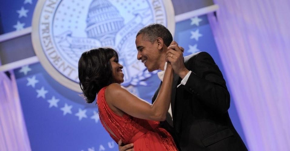 22.jan.2013 - O presidente dos Estados Unidos, Barack Obama, e a primeira-dama, Michelle Obama, dançam durante festa após cerimônia de posse no Centro de Convenções Walter E. Washington, em Washington (EUA)