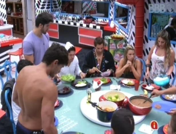 """22.jan.2013 - Participantes do """"BBB13"""" almoçam arroz, feijão e bife, feitos por Natália"""