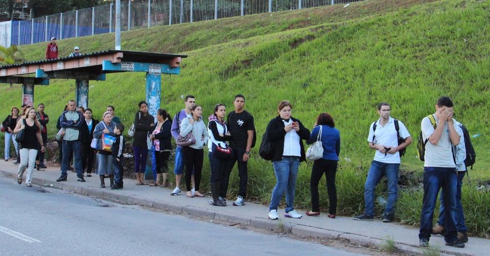 22.jan.2013 - Passageiros aguardam coletivo em ponto de ônibus, na altura do km 17 da rodovia Raposo Tavares na manhã desta terça-feira (22), em São Paulo (SP). Motoristas e cobradores de ônibus da Transppass estão em greve, o que afeta os moradores da zona oeste da capital paulista. Nenhum dos 366 ônibus da empresa saiu das garagens. A categoria reivindica reajuste salarial