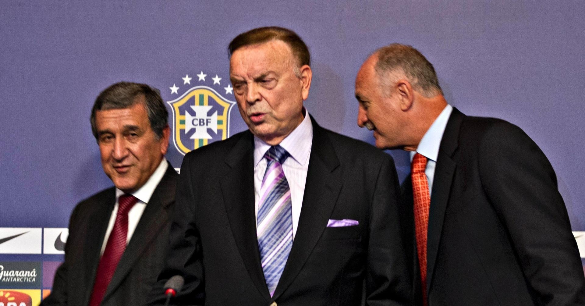 22.jan.2013 - Presidente da CBF, José Maria Marin, é visto entre o técnico da seleção brasileira, Luiz Felipe Scolari (d), e o coordenador técnico Carlos Alberto Parreira