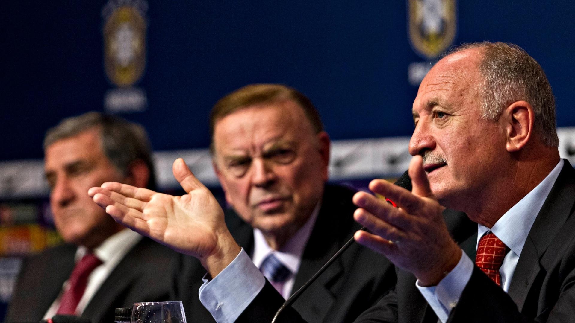 22.jan.2013 - Técnico da seleção brasileira, Luiz Felipe Scolari (d), responde a perguntas após o anúncio de sua primeira convocação