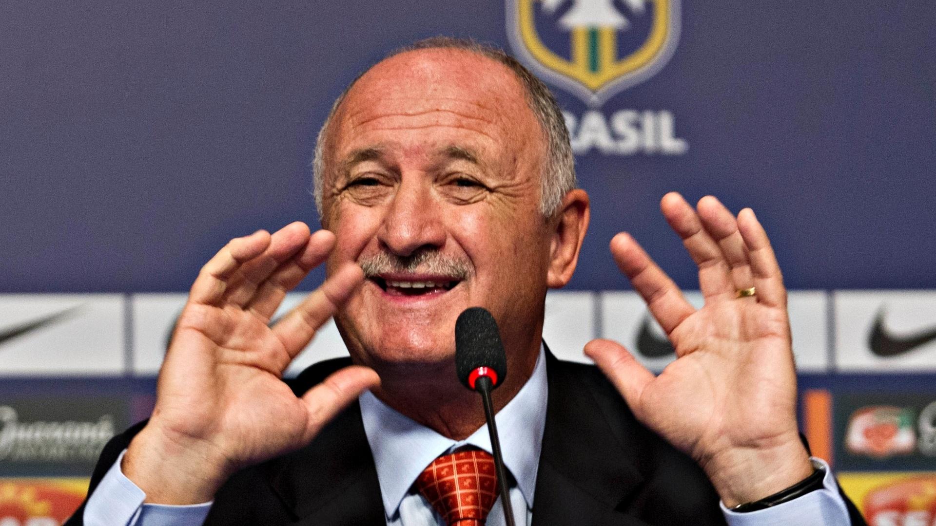 22.jan.2013 - Técnico da seleção brasileira, Luiz Felipe Scolari, gesticula durante anúncio de sua primeira convocação