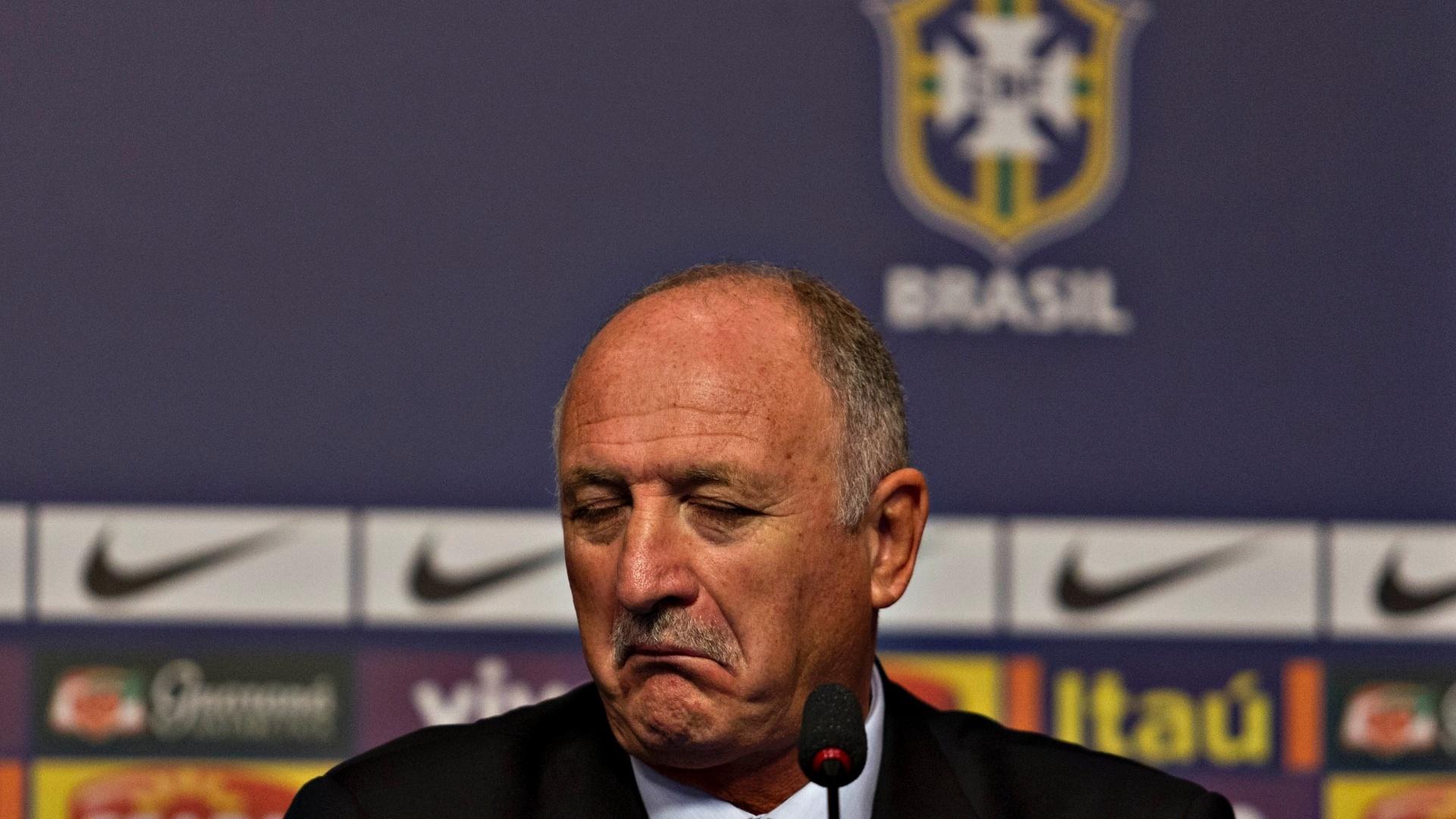 22.jan.2013 - Técnico Luiz Felipe Scolari faz careta durante anúncio de sua primeira convocação na seleção brasileira